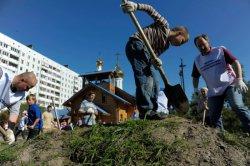 Прихожане и клирики Никольского храма приняли участие в программе благоустройства сквера на Долгоозерной улице