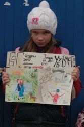 Дети позируют с плакатами против строительства Храма