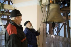 На колокольню  Путиловского храма Тихвинской иконы Богородицы подняты колокола.