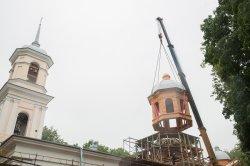 На храм Тихвинской иконы Божией Матери были установлены главки куполов
