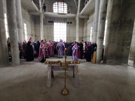 Состоялось освящение главного Креста для строящегося собора