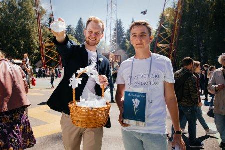 Тысячи белых цветов, четырехметровый медведь и детские улыбки: в Петербурге прошла акция «Белый цветок»