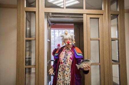 Самый известный больничный клоун в мире пришел в Санкт-Петербургский Детский хоспис с курицей на голове